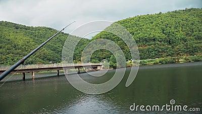 Красивый ландшафт рыболовная удочка стоит на стойке видеоматериал