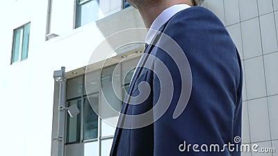 Красивый менеджер офиса в деловом костюме смотря офисное здание, занятость видеоматериал