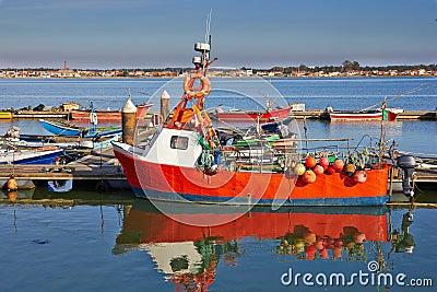 Красная рыбацкая лодка
