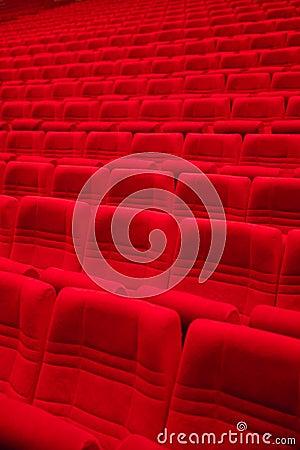 Красные кресла в пустой зале