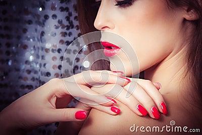 Ногтями и губы фокусируют на ногтях