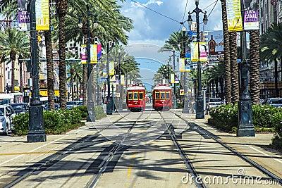 Красный трамвай вагонетки на рельсе Редакционное Изображение