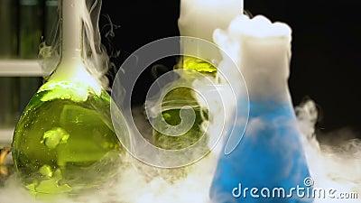 Красочные биологические жидкости кипя и куря, подземная лаборатория, химия видеоматериал