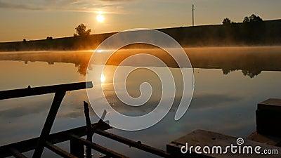 Кремлевский деревянный каменщик на закатной реке, около воды Туман над рекой сток-видео