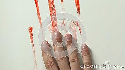 Кровопролитная рука сползая вниз с крупного плана стены, умирать жертвы, заказного убийства или убийства сток-видео