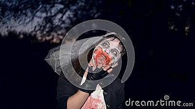 Кровопролитное зомби женщины в парке ночи видеоматериал