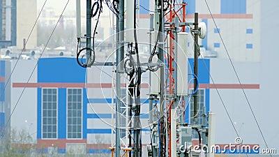 Крупный план башен с оборудованием радиосвязей на предпосылке зданий акции видеоматериалы