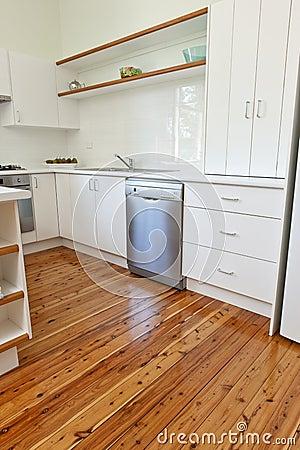 Кухня с отполированными Floorboards