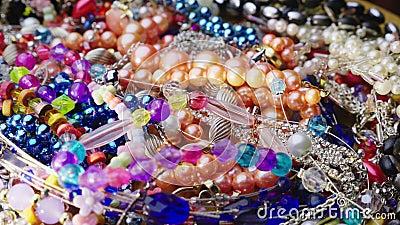 Куча ювелирных изделий, шариков, колец и браслетов сток-видео