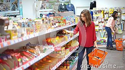 Клиенты выбирая продукты в супермаркете сток-видео