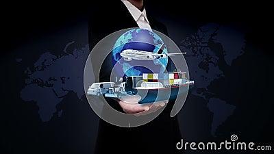 Ладони коммерсантки открытые, растущая глобальная вычислительная сеть с самолетом, поездом, кораблем, транспортом автомобиля, кар акции видеоматериалы