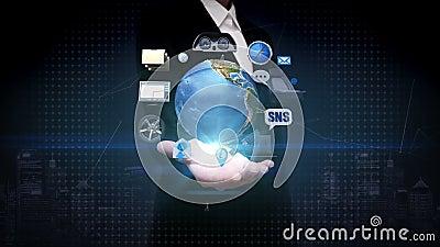 Ладонь коммерсантки открытая, вращая земля, автомобиль соединяет технологию используя gps социальные сетевые услуги, информация видеоматериал