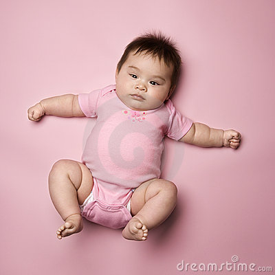 лежать задней части младенца