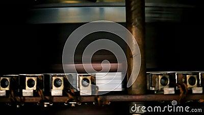 Лезвия турбины активируют генераторы производящ электричество акции видеоматериалы