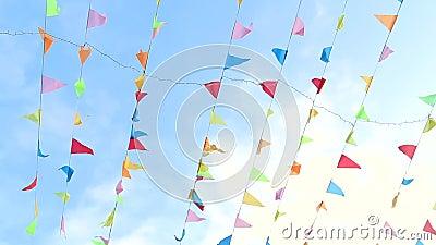 Летание вымпела в ветре с милой твердой предпосылкой голубого неба сток-видео