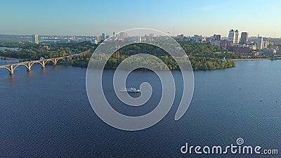 Летание над рекой и городом сток-видео