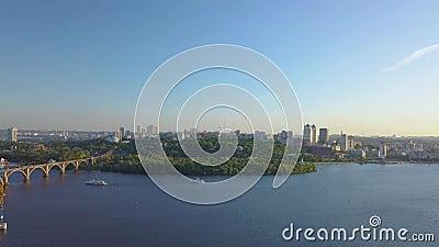 Летание над рекой и городом видеоматериал