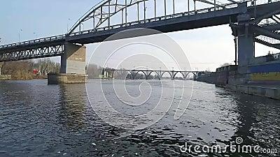 Летание над рекой около моста акции видеоматериалы