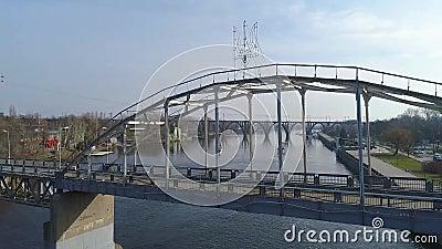 Летание над рекой под мостом видеоматериал