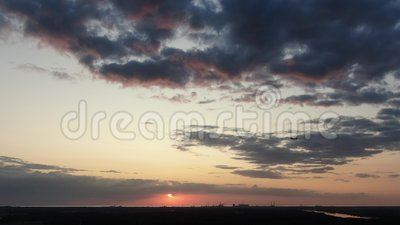 Летание самолета через рамку во время красивого захода солнца с облаками мадженты, концепция перемещения, назначения и праздник видеоматериал
