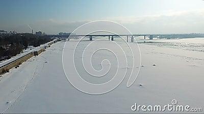 Летать над замороженным рекой в зиме мост над рекой обваловка акции видеоматериалы