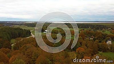 Лети над Долес-Сала, вторым по величине остров в Латвии Это полуостров в реке Даугава, недалеко от границ Риги. видеоматериал