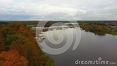 Лети над Долес Сала, вторым самым большим островом Латвии Это полуостров в реке Даугава, недалеко от границ Риги. акции видеоматериалы
