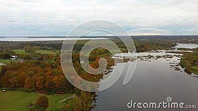 Лети над Долес Сала, вторым самым большим островом Латвии Это полуостров в реке Даугава, недалеко от границ Риги. видеоматериал