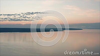 Летний рассвет над большим количеством воды акции видеоматериалы