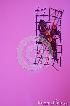 Лиловое украшение стены