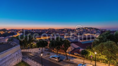 Лиссабонская авиакомпания Cityscape ночует в ночное время суток, начиная с точки зрения Святого Петра Алькантара, Португалия сток-видео