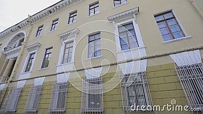 Лицевая сторона старого здания, советская архитектура, экстерьер советского здания сток-видео
