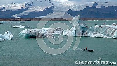 Лодка, плавающая среди айсбергов видеоматериал