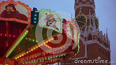 Лошадь Carousel Весел-идти-круглая в ярмарке красной площади на красной площади около Кремля в Москве акции видеоматериалы