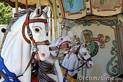 Лошади Carousel на парке атракционов