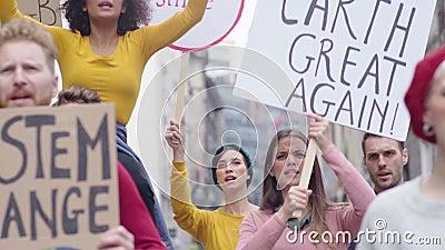 Люди с плакатами протестуют против изменения климата видеоматериал