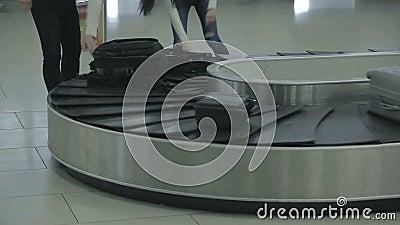 Люди положили их багаж на вагонетку сток-видео