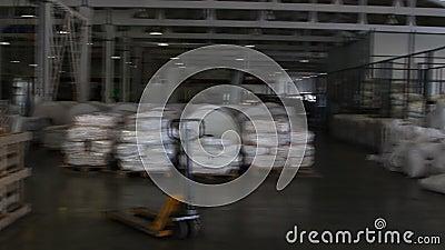 Люди работают в большом складе с товарами на фабрике акции видеоматериалы