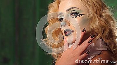 Макияж актеров фильма ужасов, девушка макияжа на хеллоуине в студии сток-видео