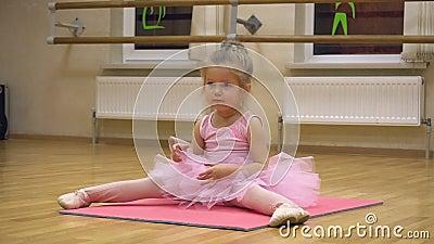 Маленькая балерина в розовом платье, занимающаяся хореографией акции видеоматериалы