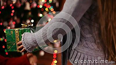 Маленькая девочка вручает давать подарок на рождество к ее маме - крупному плану сток-видео