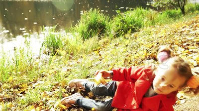 Маленькая девочка в осеннем парке акции видеоматериалы