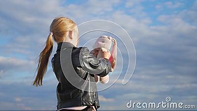 Маленькая девочка держит большую игрушку зайчика плюша Зайчик игрушки ткани handmade внутри на руке девушки Концепция мечты ` s р видеоматериал