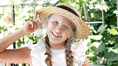 Маленькая милая девушка имеет потеху с ее усмехаться соломенной шляпы lifestyle Девушка наслаждается летним днем и хорошим настро сток-видео