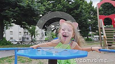 Маленькая миленькая улыбающаяся девушка прокатилась на каруселях видеоматериал