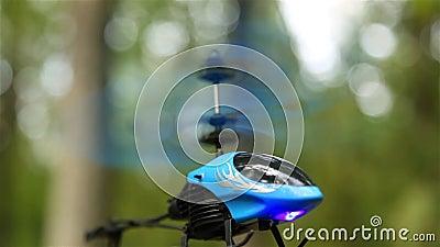 Маленький вертолет на открытом воздухе, находящийся в воздухе HD 1080 видеоматериал