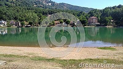 Малое озеро на юге Италии акции видеоматериалы