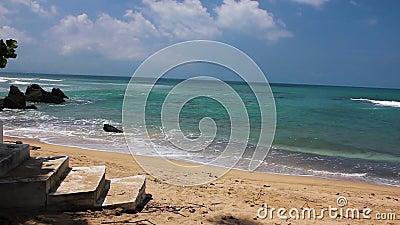 Малые волны ясной тропической воды ударяя песчаный пляж перед цементом шагают акции видеоматериалы