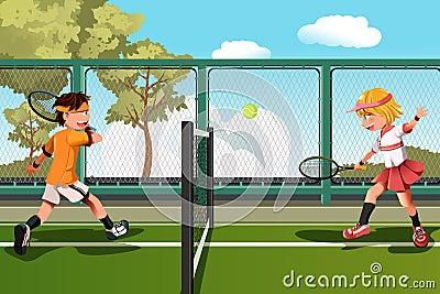 малыши играя теннис