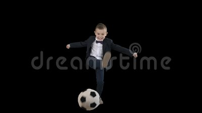 Мальчик в костюмах, стреляющий в цель, канал Альфа сток-видео